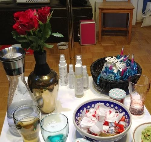 Auch Knabbereien, Massageöle und Gleitgele gehören zu einer Dildoparty